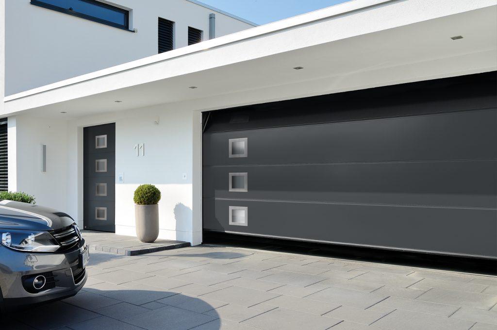 Grå garasjeport og ytterdør med vindu fra Hörmann