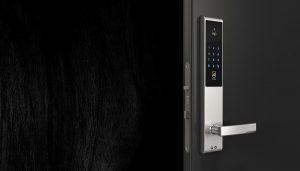 Elektronisk dørlås til smarthjem i sølv